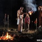 zasvěcovací rituál, rozdělení do jednotlivých kmenů, červený dým znamená příslušnost ke kmeni Čerokézů