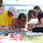 děvčata se snaží naučit náčelníka Jestřábí oko plést náramky :-)