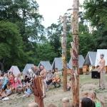 večerní nástup - šaman kontroluje počet skalpů na totemech