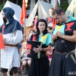 večerní nástup - bratr Žižka a sestra Prokopa Holá vkládají vyhrané soutěže do osudí