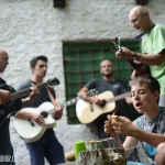 škrábání brambor, vedoucí hrají na kytaru a děti si zpívají